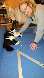 """Pus """"hjelper"""" alltid til / The cat is always at great """"help"""""""