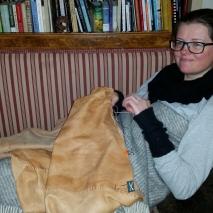 Lena syr til tomlene blir såre / Lena is sewing