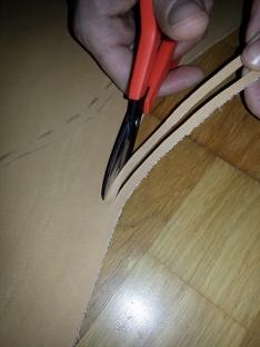 Klipping av lisser omkring kanten av skinnet, to i slengen / Cutting laces along the edges of the leather