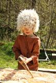 Sigvald steinaldergutt prøver bronseøksen / Sigvald using a bronze axe