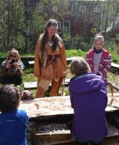 Lena inspiserer barn som hugger med bronseøkser / Lena inspecting children using bronze age axes