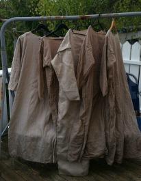 Fem ferdige kjoler, noen tørre og noen til tørk / Five dresses drying in the sun