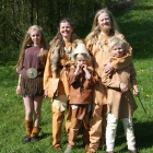 Fortidsfamilen avslutter dagen med et familiefoto / The Past Time Familiy ending the day with a family portrait