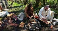 Aktiviteter rundt bålet i leirplassen / Camp fire activities
