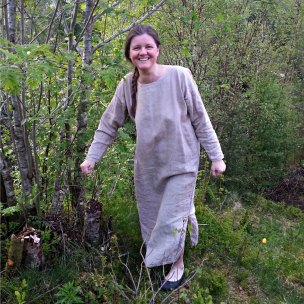 Linkjolene er enkle, løse og ledige, med splitt nederst for god bevegelighet. Her testet i ulendt terreng / The dresses are simple and loose. A split at the bottom makes it easier to move around. Lena is testing a dress walking in rough terrain