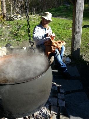 Skinnsøm ved den sorte gryte / Sewing by the kettle