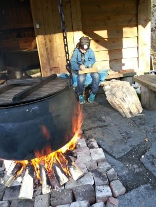 Den må tidlig krøkes, minstemann tok selv med skinn og utstyr, og laget seg fire skinnpunger på morgenkvisten / Our youngest made himself four pouches before lunchtime