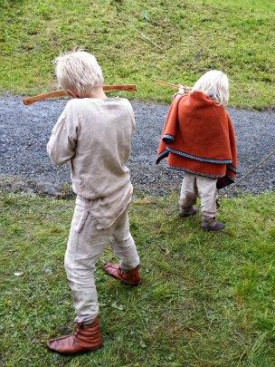 Guttene skyter blink med sine nye armbrøster / The boys trying out their new crossbows