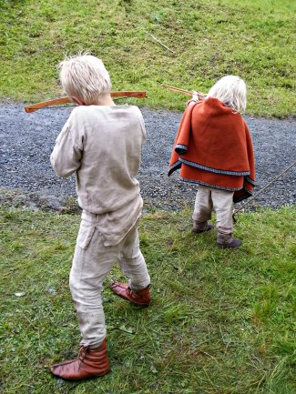 Guttene skyter blink med sine nye armbrøster / The boys trying out their new crossbows