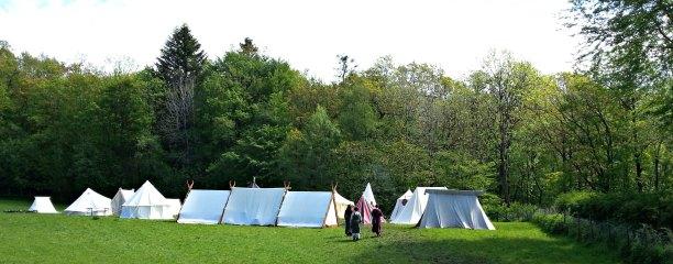 Det var en stor boligleir på markene oppe ved museet. Flott å se så mange historiske telt også her / Large campsite with historical tents for sleeping and living, in addition to all the stalls at the main market area