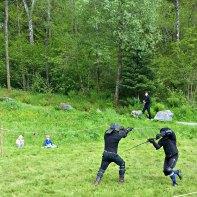 Vikinggutter følger med på spennende kampoppvisning ved Frie Duellister / Viking boys wachting some sword fighting
