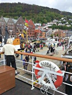 Folkehav og flotte båter rundt hele Torget i Bergen / People and boats