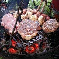 Grilling av festmåltid i leiren på lørdagskvelden - bålkos og gode venner / Making food together with good friends in the evening