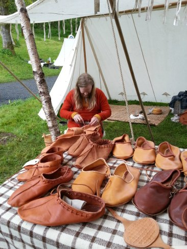Espen og boden er flyttet under seil og telt / The shoemaker and his shoes moved under tent and cover