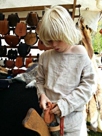 Sigvald har sett seg ut ny armbrøst, og er klar til å kjøpe / Sigvald preparing to buy a new crossbow
