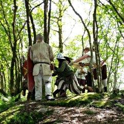 Krigere trener på kamp i nøtteskogen / A fighting group practising in the grove