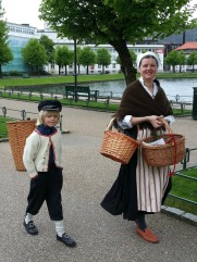 Lena med korger og Sigvald med kipe / baskets and wooden rucksack