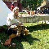 Skomaker Espen i aksjon på markedet / Espen making shoes