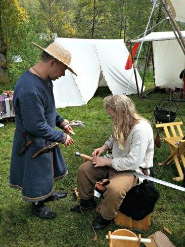 Espen og Stig fikser håndtaket på et skarprettersverd en besøkende kom og spurte etter hjelp med / Stig and Espen fixing the handle of an executioner sword for at market guest
