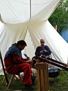 Det drives litt håndverk / som crafting under the tent roofs