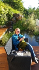 Litt tid ved dammen etter endt workshop - deilig at det var sol / Relaxing in the sun at the pond after the workshop