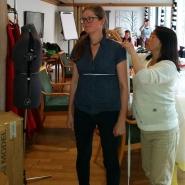 Lena fikk hjelp av Hilde til å ta skikkelige mål / Hilde helped Lena with measurements