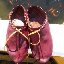 Rødfargede reimsko / Red-dyed low shoes