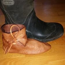 Sigvald sin søte, lille middelalderstøvel ved siden av Espen sin Vikingstøvel / Sigvald´s new boots compared to modern grown up´s boots