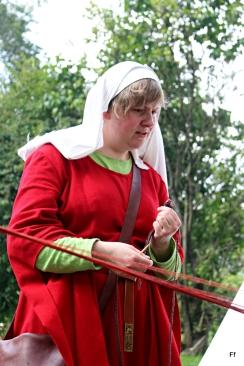 Elisabeth har for anledningen byttet ut synålen med nålebindingsnål / Elisabeth doing some needlebinding