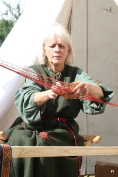 Randi er en mester med brikkevev / Randi is a very skilled ribbon weaver
