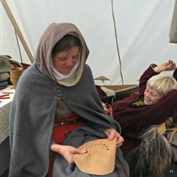 Lena lager kopier av en skinnpung fra Bryggen / Lena making pouches