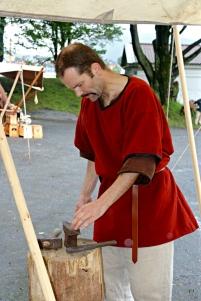 Stian smir på den lille ambolten / Stian at the small anvil