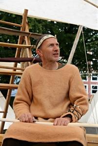 Buemakeren fremfor buestativet / The bowyer in front of the bow rack