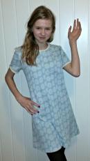 Hanna i kjole som mormoren har sydd selv på 1960-tallet / Hanna in a dress her grandmother sewed in the 1960s