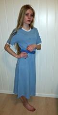 Oline i en helt enkel kjole fra udefinert 1980-tall, kanskje? Dessverre med flekk / A plain and simple dress maybe from the 1980s. Unfortunatly with a stain