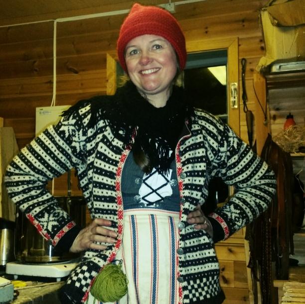 Lena viser frem sin nye nøstekrok / Lena showing her new hook for yarn hanging in the belt