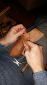 Espen syr i sålen / Stitching the sole