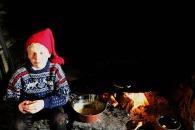 Hjelpenissen tar en liten hvil / Resting by the fire
