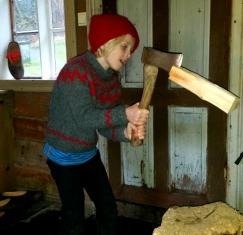 Også Sigvald fikk hugge ved, selv om det var Malvin som hadde det som oppgave / Chopping wood