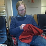 Espen syr mens vi venter på flyet til Torp / Stitching on the airport