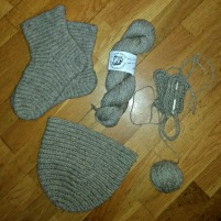 Tovede sokker, utovet lue og votter underves / Feltet socks, unfeltet cap an mittens in progress