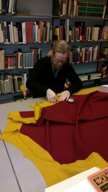 Stig og Espen sitt hestedekkenprosjekt / Espen assisting Stig´s horse cover project