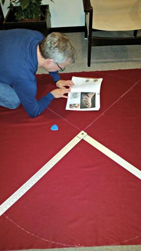 Mye ar arbeidet går for seg på gulvet, bl.a. kritting på stoff / A lot of work is done on the floor, like chalking fabric