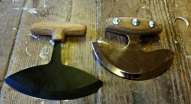 Begge uluene med skaft / Both ulus with handles