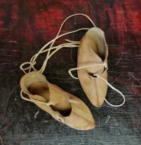 Ferdige Osebergsko, med dekorsøm i silketråd / Finished Oseberg shoes, decorative stitches in silk thread