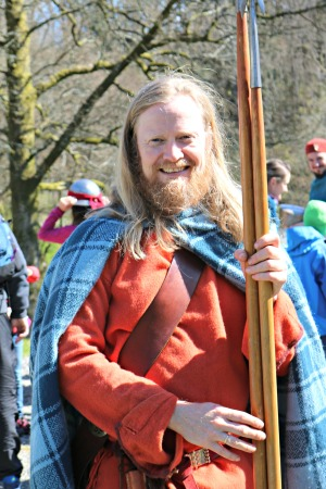 Espen på omvisning på fortidsminnene, kledd som romertidshøvding / Espen giving a guided tour at the Iron Age heritage sites, dressed as a Roman Iron Age chieftain
