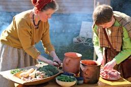 Lena og Elisabeth kokte i leirgryter. Romersk jernalder / Lena and Elisabeth were cooking in clay pots. Roman Iron Age