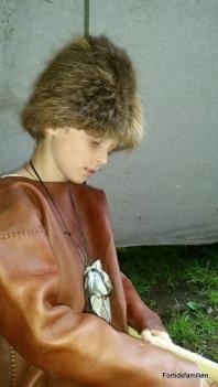 Sigvald pyntet seg på steinaldervis, og gikk med beverskinnsluen / Sigvald wearing his beaver hat