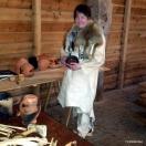Elisabeth laget steinaldersupper som folk fikk smake / Elisabeth made Stone Age soup that the audience could taste