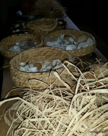 En annen gruppe frivillige laget skjellsmykker med barna / Some of the volunteers made shell jewelery with the children